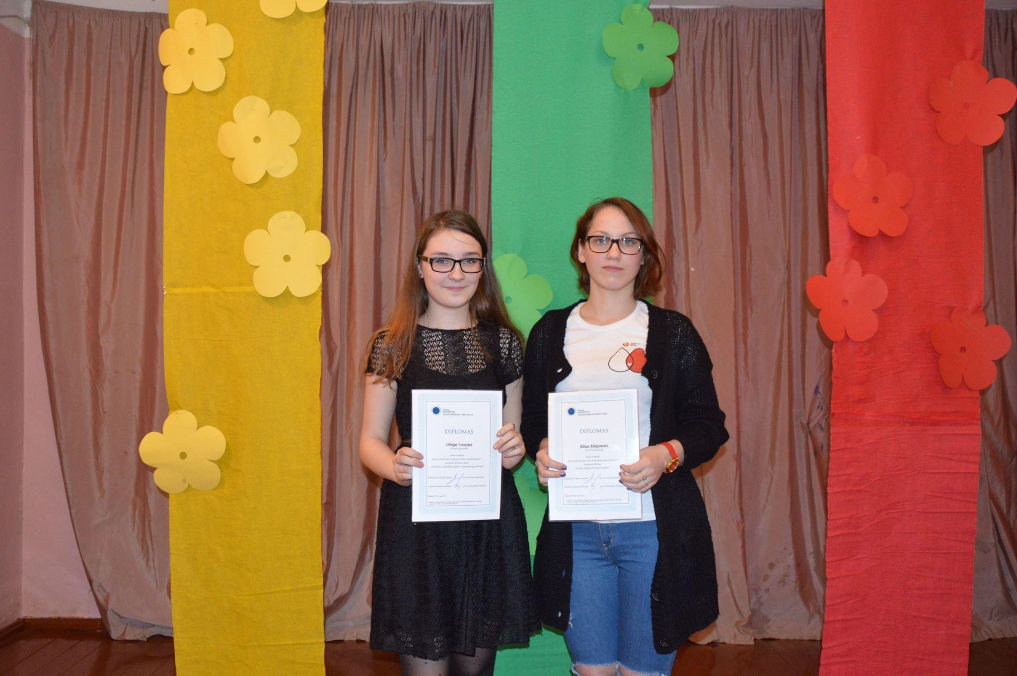 Konkurso nugalėtojos Olivija Usonytė (kairėje) ir Alina Aleksonytė (dešinėje)